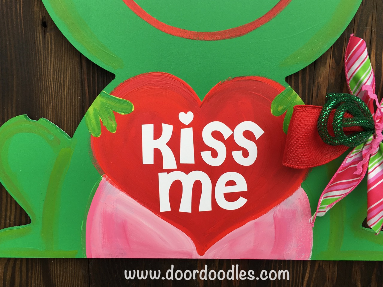frog with heart valentine heart door hanger